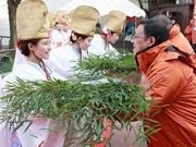天王寺動物園に今宮戎神社「十日戎」の福娘 福笹贈る