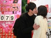 通天閣でバレンタイン企画「チュー天閣」 キスすると半額に男性同士も