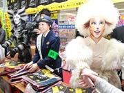 JR天王寺駅に劇団四季「キャッツ」出演キャスト 女性被害防止キャンペーンで