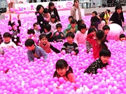 あべのハルカスが3周年 33万3333個の桜色ボールプールが登場