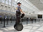 成田空港、警備に「セグウェイ」試験運用