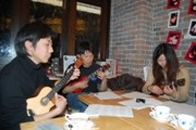 赤坂のカフェでウクレレ教室-ギタリストの西山隆行さんが指導