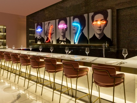 赤坂にレストラン「SMT TOKYO」 東方神起メンバー着用衣装やSHINeeの肖像画など展示
