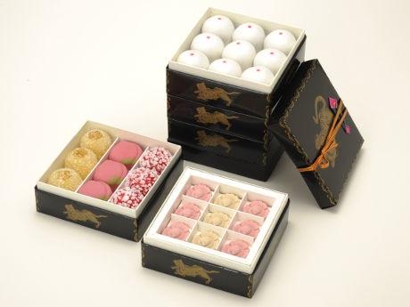 とらやで「ひな祭り」にちなんだ和菓子 好きな小箱を重ねる「せいろう」も