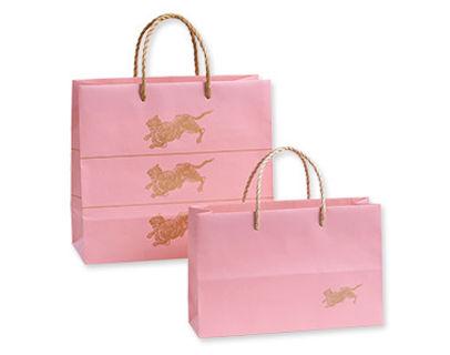 とらやの手提げが「春の装い」 淡いピンク色のデザインを採用
