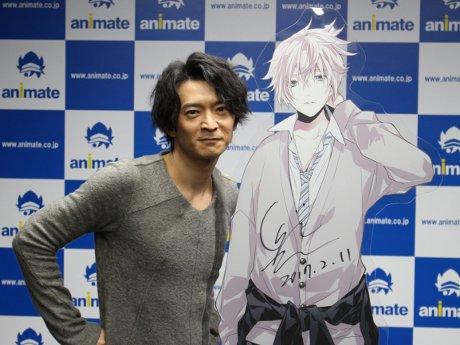 秋葉原に声優・津田健次郎さん 女性向けスマホゲーム「マジカルデイズ」グッズ化で