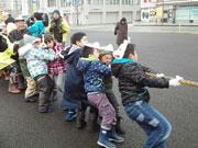 秋田で商店街対抗「綱引き」大会 「夢を叫ぶ」大声コンテストも