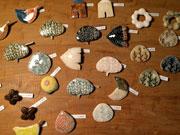 秋田の女性彫刻家が陶器製ブローチ展 70点を展示販売