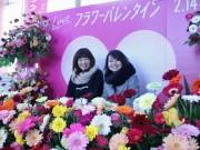秋田駅前通路に「フラワーバレンタイン」オブジェ バラとガーベラ使い生花PR