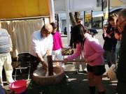 尼崎・地元企業が「餅つき大会」 社員手作りのコミュニティースペースを活用