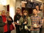 浅草で外国人観光客らが日本酒を試飲-初めての味に興奮