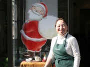 花川戸のカフェがオープンから半年-サンタクロースが年中お出迎え