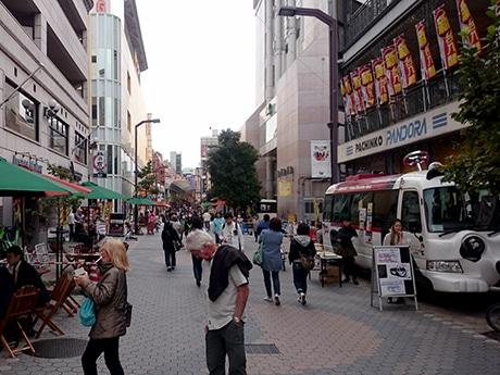 浅草六区で3回目のオープンカフェ実験 夜の道路活用に焦点を当てる