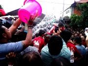 バリ島で伝統の「水掛けキス大会」 数千人の前で男女がキス