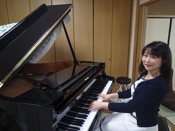 自宅にて大好きな曲「トッカータ」を弾く西村さん。幼い頃からクラシック音... びわ湖大津経済新聞