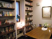 西調布にブックカフェ-交流のきっかけづくりに店主の蔵書並べる