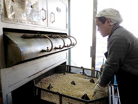 調布の老舗いり豆店が節分準備に大忙し 昼夜漂う大豆をいる香り