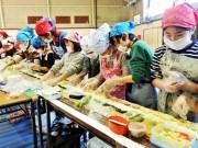 船橋の南本町小学校でジャンボのり巻きづくり、船橋ののりの学習会も