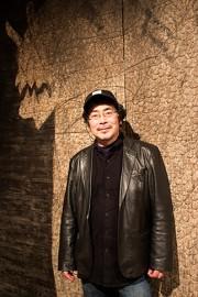 銀座の画廊で岡村桂三郎展 杉板に龍や鯉を描いた37点