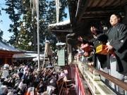高尾山薬王院で「節分会」 地元バンド「フラチナリズム」が豆まきに登場