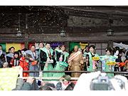 高尾山薬王院で「節分会」 インフルエンザの北島三郎さん、銅像が豆まき