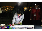 夜の高尾山頂で「暗闇書道」 有志集まり10回目開催