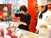 映画「魔女の宅急便」キキ役・小芝風花さん、博多でチョコ作り体験