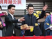 櫛田神社で豆まき神事 中村獅童さんと中村児太郎さんが参加
