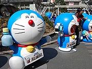 博多駅に16体の「等身大」ドラえもん 映画公開記念で