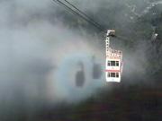 奥飛騨「新穂高ロープウェイ」でゴンドラのブロッケン現象-すれ違う2台に後光差す