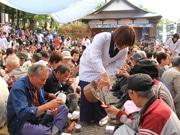 白川郷で伝統の「どぶろく祭り」-秋晴れの下、できたてのどぶろくに舌鼓