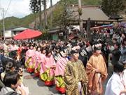 飛騨一之宮で「生きびな祭」-好天で3年ぶりの屋外開催に1200人
