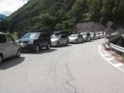 奥飛騨・新穂高で路上駐車一斉取り締まり-総延長1キロにわたり67台