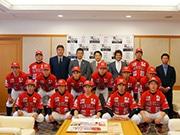 野球独立リーグ球団「ゼロロクブルズ」が東大阪市長表敬訪問 新ユニホームも披露