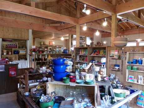 雑貨スペースでは各国の生活道具を中心に、篠山の鈴作家・イソガワクミコさ... 各国の生活道具を取