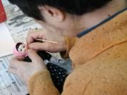 青森・西目屋村で「目屋人形」製作体験 後継者不足対策