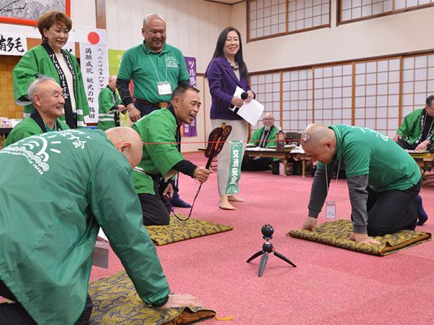 青森・鶴田で「ツル多はげます会」が例会 恒例の「吸盤綱引き」など