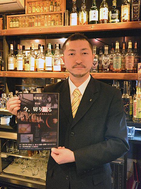 弘前のギャラリーでバー店主による写真展 カメラ好きの常連客らの作品80点