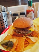 広島・流川通りにハンバーガー専門店-カフェバーが新業態