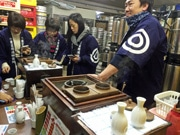 広島の酒販店で「お燗番」体験、人気に 地酒使い「味わいの変化」楽しむ