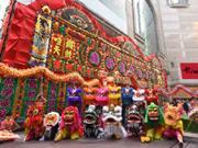 香港タイムズスクエアで失われゆく祝い花看板「花牌」展示 ライオンダンスショーも