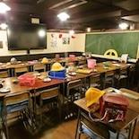 池袋に小学校居酒屋「6年4組」 教室・理科室など再現、給食メニューなども