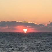 「伊勢志摩サミット」が開かれる志摩市の海岸から初日の出「ハート」型に