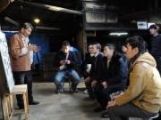 志摩の「まるてん」かつお節のいぶし小屋を京都のミシュラン和食料理長らが見学