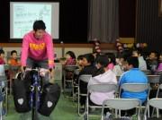 志摩市志島小学校で自転車日本一周「旅する先生」が全校児童に授業