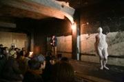 熱海の商店街で舞踏家と音楽家のコラボ企画 舞踏家の「白塗り」クロッキーも