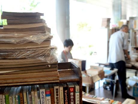 維新ふるさと館で古本市 おしゃべり好きの古書店主と歴史談義も