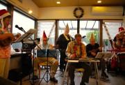 平均年齢85歳のハワイアンバンド、加古川の喫茶店でXマスライブ