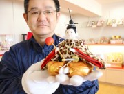 加古川の老舗人形店が「ピコ太郎」さん風ひな人形 ヒョウ柄羽織で派手さ演出