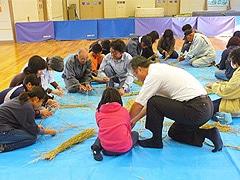 地域の高齢者が昔ながらの生活の技術を子どもたちに教えるワークショップ